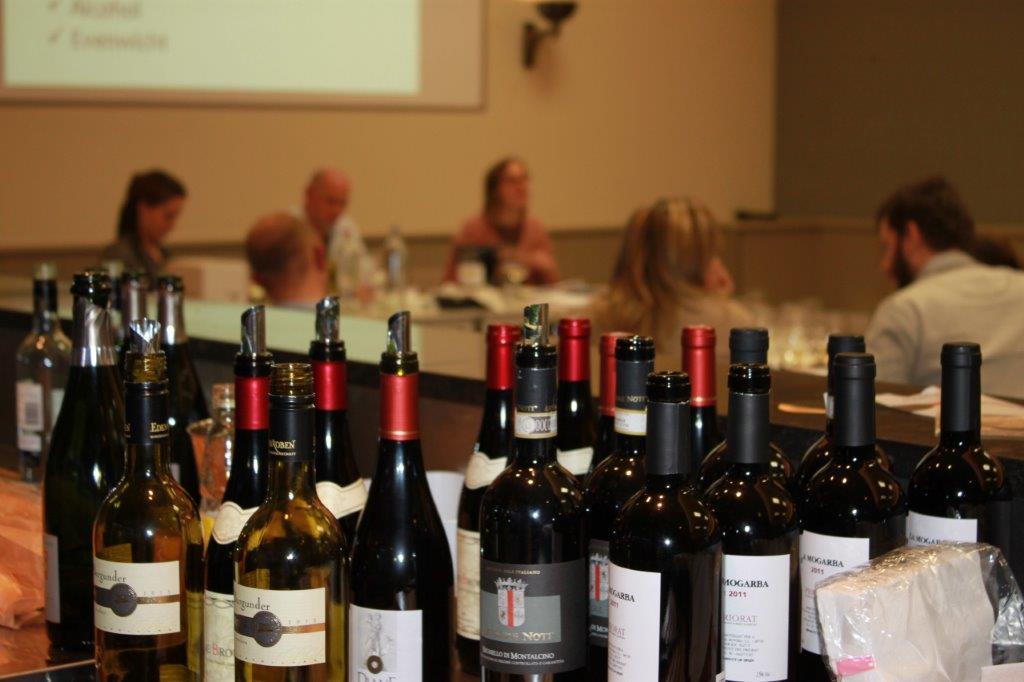 Thuis in houtem de wondere wereld van wijnen ontdekken in een aangename setting de houtemse - Koloniale leunstoel thuis van de wereld ...